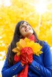 梦想的妇女在秋天阳光天 免版税库存图片