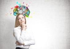 梦想的白肤金发的女实业家,嵌齿轮脑子 免版税图库摄影
