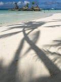 梦想的空白沙子海滩+岩石海岛 免版税库存照片