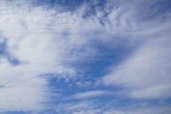 梦想的自由格式白色云彩场面根据想象力的在明亮的蓝天背景 库存图片