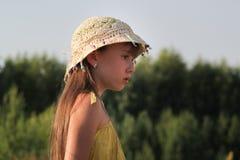 梦想的青少年的女孩画象夏天草甸的 库存图片