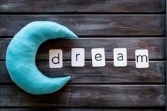 梦想词和月亮睡眠概念的在木背景顶视图 库存照片