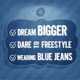 梦想更大,对自由式,佩带的蓝色牛仔裤,行情印刷背景的胆敢 免版税图库摄影