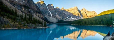 梦莲湖令人激动的看法和山脉在落矶山 免版税库存图片