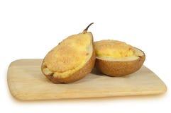 梨充塞用在白色背景隔绝的乳酪 免版税库存图片