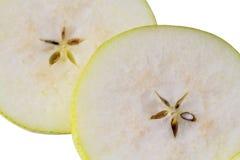 梨切片宏观看法  裁减新鲜的梨好的背景与种子的 库存图片