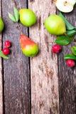 梨和小苹果在木土气背景 顶视图 框架 秋天收获拷贝空间 免版税库存图片