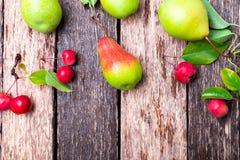 梨和小苹果在木土气背景 顶视图 框架 秋天收获拷贝空间 库存图片