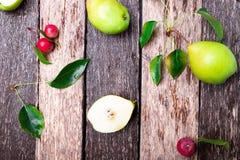 梨和小苹果在木土气背景 顶视图 框架 秋天收获 免版税库存图片