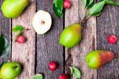 梨和小苹果在木土气背景 顶视图 框架 秋天收获 免版税库存照片