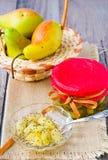 梨和罂粟种子堵塞 库存图片