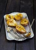 梨和苹果在焦糖 库存图片