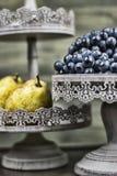 梨和葡萄在黑暗的木头 免版税库存图片