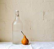 梨和玻璃瓶 免版税图库摄影
