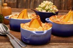 梨在油酥点心烘烤了用青纹干酪和核桃 库存照片