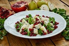 梨戈贡佐拉乳酪和莴苣可口沙拉在一块白色板材 免版税库存照片