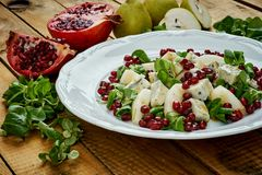 梨戈贡佐拉乳酪和莴苣可口沙拉在一块白色板材 库存图片