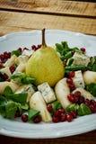 梨戈贡佐拉乳酪和莴苣可口沙拉在一块白色板材 图库摄影