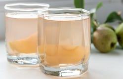 梨汁和有些梨 吃健康 免版税库存图片