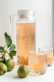 梨汁和有些梨 吃健康 免版税库存照片