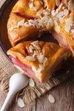 梨饼用在板材特写镜头,顶视图的杏仁 免版税库存照片