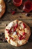 梨饼洒与在黑背景的搽粉的糖 在部分的美丽的巧克力梨馅饼 brea的可口点心 免版税图库摄影