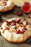 梨饼洒与在黑背景的搽粉的糖 在部分的美丽的巧克力梨馅饼 brea的可口点心 免版税库存照片