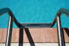 梯子到水池里 免版税图库摄影