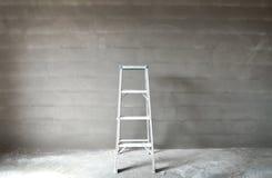 梯子和墙壁 免版税库存照片