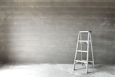 梯子和墙壁 免版税库存图片