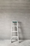 梯子和混凝土墙 库存照片