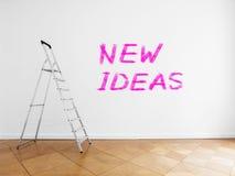 梯子在有白色墙壁和木地板的空的屋子里 免版税图库摄影