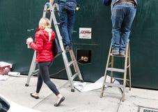 梯子的两位杂物工 免版税库存图片