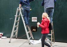 梯子的两位杂物工 库存照片