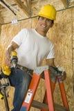 梯子的体力工人 免版税图库摄影