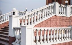梯子的大白色扶手栏杆 库存照片
