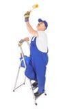 梯子的房屋油漆工 免版税库存图片