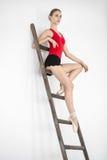 梯子的芭蕾舞女演员在演播室 免版税库存图片