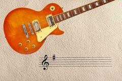 梯级和蜂蜜镶有钻石的旭日形首饰的葡萄酒电吉他在概略的纸板背景顶部 免版税库存图片