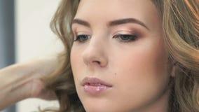 梳一个美好的模型的头发的美发师 股票视频