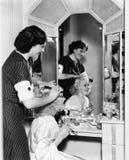 梳另一根妇女头发的妇女(所有人被描述不更长生存,并且庄园不存在 供应商保单ther 库存照片