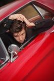 梳在五十年代汽车的年轻摇摆物头发 免版税库存照片