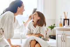 梳女儿头发母亲 库存照片