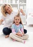 梳女孩头发仪式的秀丽 免版税库存图片