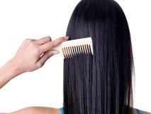 梳女性头发 免版税图库摄影