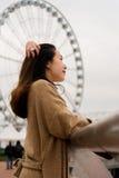 梳她的在码头的女孩头发 库存照片