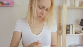 梳她的有梳子的妇女头发发现很多下落的头发 股票录像