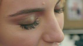 梳妇女新的长的黑睫毛 影视素材