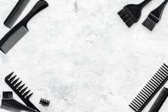 梳子和美发师工具在石工作书桌背景顶视图大模型 图库摄影