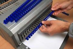 梳子有裁减路线的黏合剂机器 库存照片